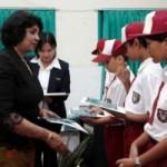 KELUARGA SUKANTO TANOTO HADIAHKAN BUKU Lulusan Terbaik Sekolah RAPP Terima Penghargaan