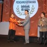 Bank Riau Terima Infobank Golden Trophy 2010