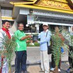 ASS I Setda prov Riau Terima bibit Pohon Kurma dan Zaitun dari Bank Indonesia