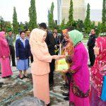 Ketua DW Setda serahkan Piagam dan Hadiah Pada Hari Ibu dan HKSN 2014
