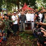 Gubri H Arsyadjuliandi Rachman melepas Elang ke Habitatnya