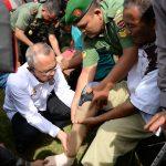 Gubri Pasangkan kaki palsu pada Bhakti Sosial Pemberian kaki Palsu Kerjasama Korem 031 WB