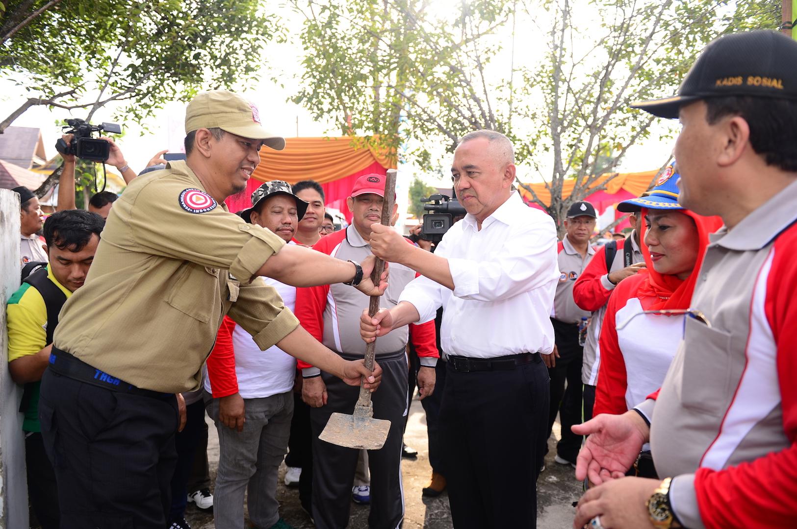 Gubri H Arsyadjuliandi Rachman menyerahkan cangkul pada Peringatan Hari Kesetiakawanan Sosial Nasional (HKSN) Provinsi Riau Tahun 2016 di Jl Diponegoro Ujung