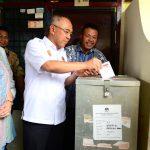 Gubri dan Isteri saat mencoblos kartu suara Pilkada Serentak di TPS 21 Kota Pekanbaru