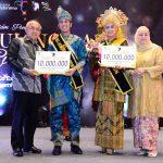 Ibu Gubri serahkan Piala dara Riau 2016