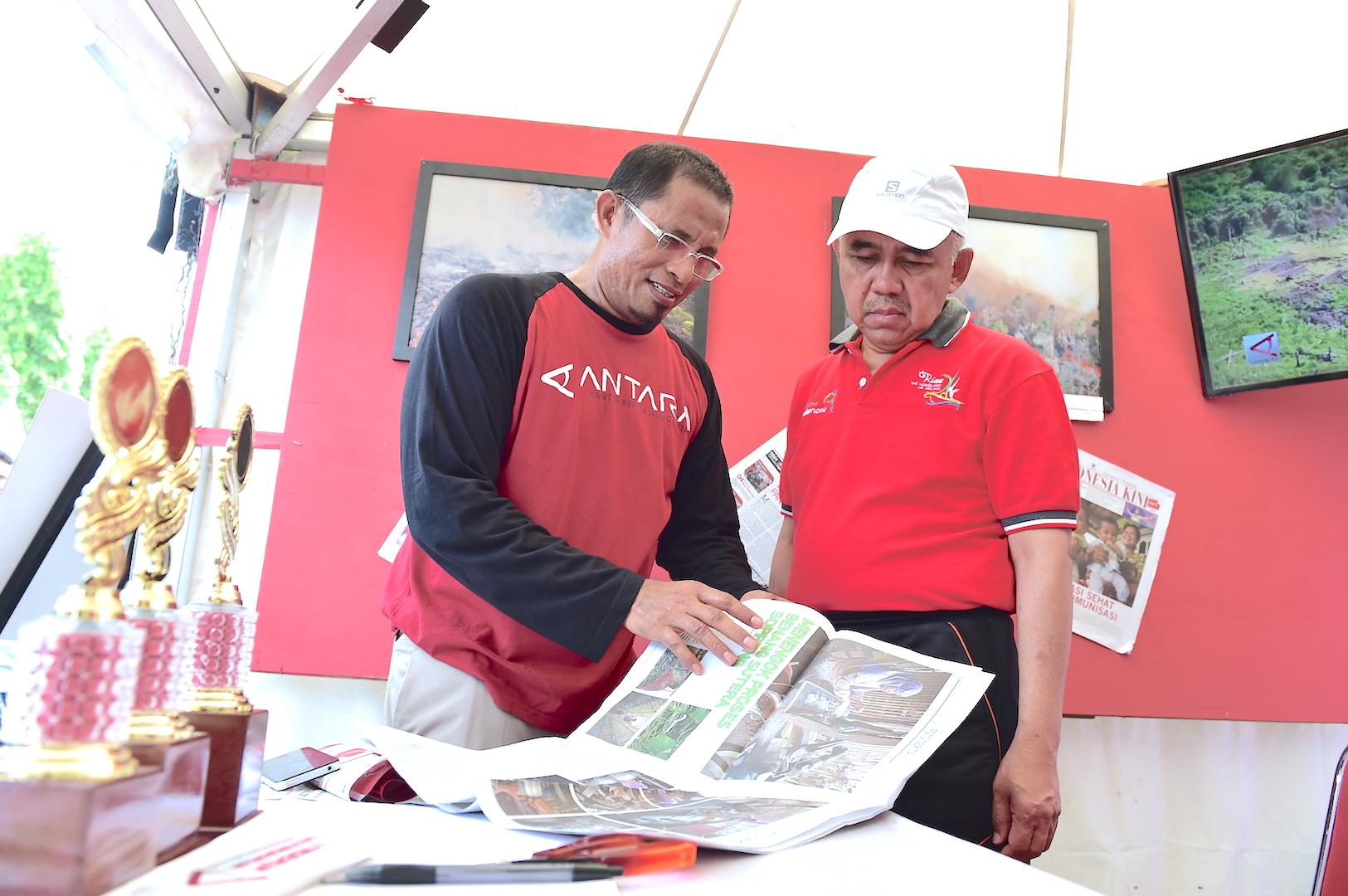 Gubri saat meninjau stand pameran pada Riau Pustaka Lingkungan Dunia Yayasan Komunal Riau di Gor Tribuana