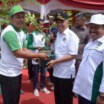 Gubri Serahkan penghargaan pada juara lomba menanam pohon antar Kabupaten se-Provinsi Riau