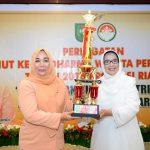 Ketua DWP Prov Riau serahkan Trophy Lomba HUT DWP ke 17 Prov Riau