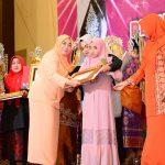 Ketua DWP Prov Riau Hj Rabaina serahkan anugerah baiduri ke 9 tahun 2016