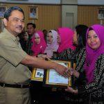 Sekda Prov Riau serahkan Piagam dan hadiah lomba Peringatan Hari Kesehatan Nasional 2016