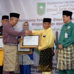 Gubri menyerahkan Penghargaan dari Menteri Pendidikan dan Kebudayaan RI