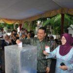 Gubernur Riau Nyontreng Bareng Istri