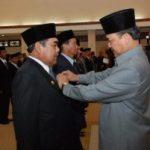 Gubernur Serahkan Satya Lencana Karya Satya