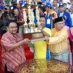 Riau Serahkan Piala Bergilir PORWANAS ke Panitia