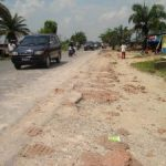 Jalan Yos Sudarso Rumbai Dicemari Ceceran Tanah Timbun