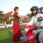 Bule Cewek Bagi-Bagikan Brosur di Pinggir Jalan