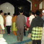 Mambang Mit Jadi Imam Sholat Jenazah Ayahandanya