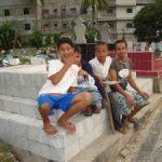 Sejumlah Bocah Mengais Rezeki di Perkuburan