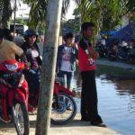 Banjir di Rumbai Jadi Arena Ngabuburit Warga Pekanbaru
