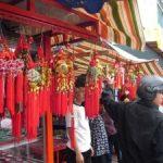 Warga Keturunan China Serbu Tempat Penjualan Pernik-Pernik Imlek
