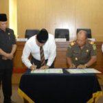 UNTUK PERDATA DAN TUN… Gubernur Teken MoU Dengan Kejati Riau