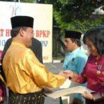 SEJUMLAH KARYAWAN DAPAT PENGHARGAAN… Gubernur Pembina Upacara HUT 26 BPK Riau